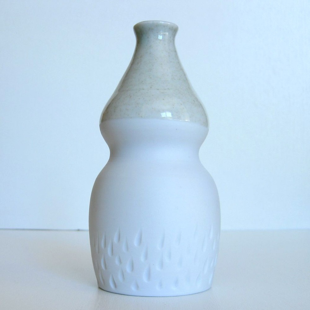 Porcelain and celadon cruet curve
